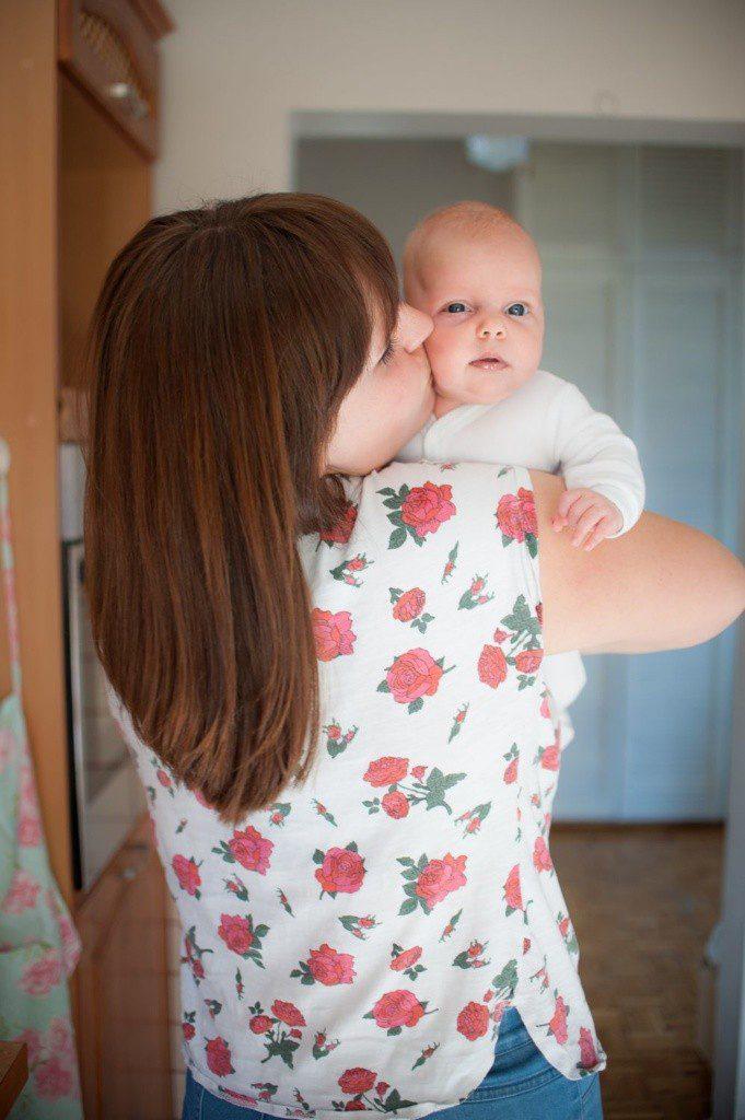 matka całuje niemowlę