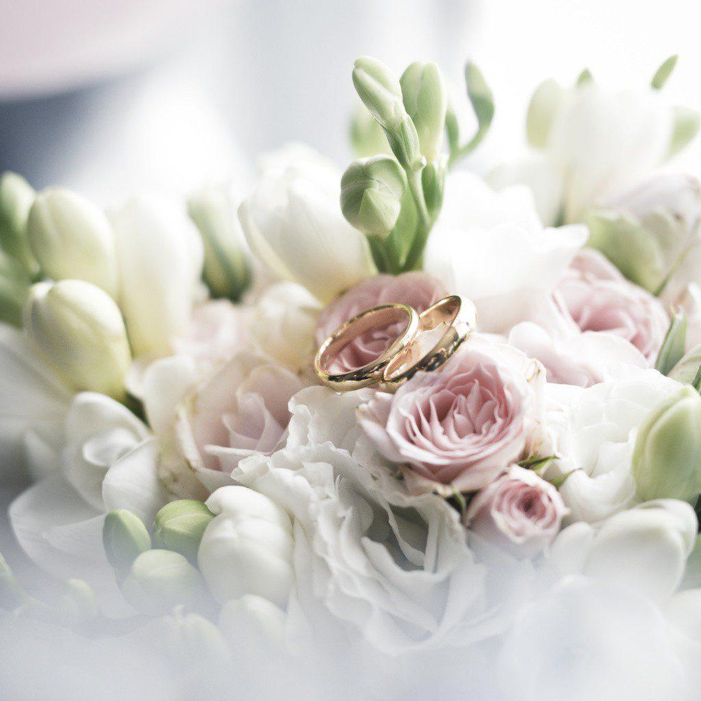 obrączki i wiązanka ślubna