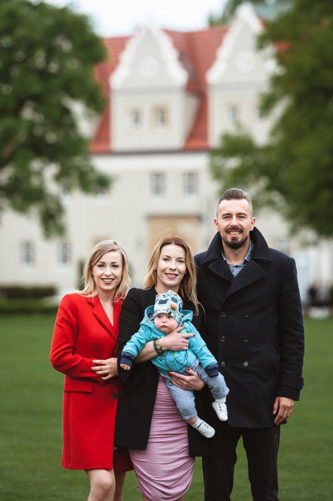 rodzinne zdjęcie na tle zamku topacz